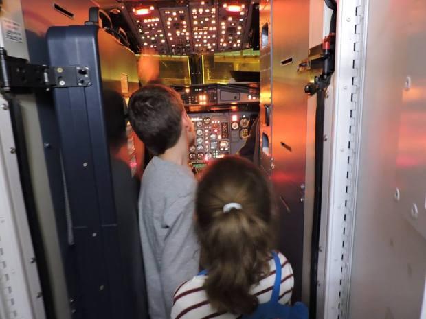 la pilota cabina avion