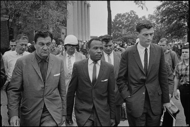 James Meredith, ejerciendo su derecho a asistir a la Universidad de Missisippi, protegido por varias personas, entre ellas John Doar (a su izquierda)
